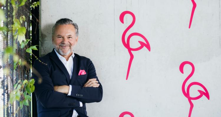 Geschäftsführer Gottfried Bichler freut sich auf den Sendestart.. (c) Radio Flamingo / Marija Kaniza