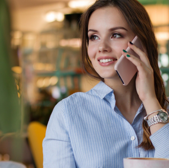 Telefonschleife professionell Frau telefoniert