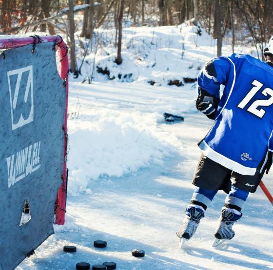 Kind spielt Eishockey